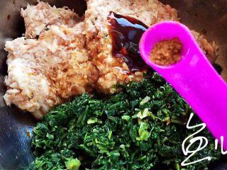 冬至美食 豬肉薺菜水餃,放入五香粉