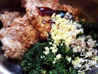 冬至美食 豬肉薺菜水餃,放入蔥姜末