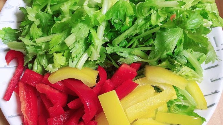 炒猫耳朵,蔬菜切段待用。