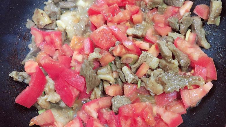 炒猫耳朵,再放入西红柿,熬煮成西红柿酱。