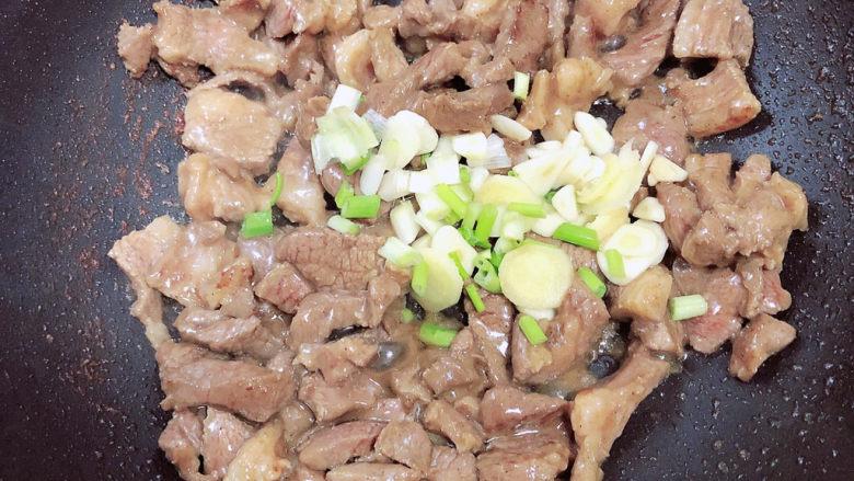 炒猫耳朵,放入葱姜蒜继续翻炒均匀。