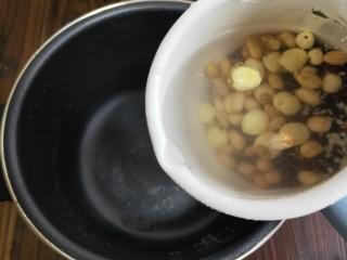 奶香杂粮粥,把所有的食材清洗干净。