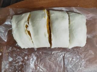 奶香红薯饼,卷起来,切块。