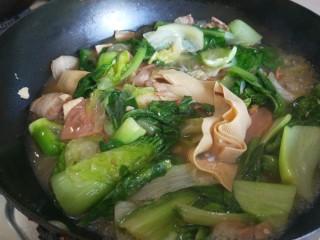 冬至美食+大烩菜,加入适量鸡精调味儿。