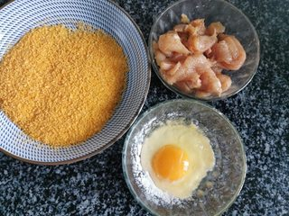 简单快速的家常小食孜然鸡柳,鸡蛋和面粉混合