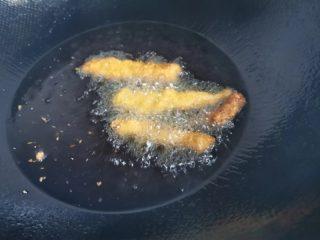 简单快速的家常小食孜然鸡柳,放入鸡肉炸制金黄色即可,中途多翻动