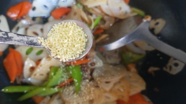 莲藕炒肉片,加入鸡精炒均匀即可。