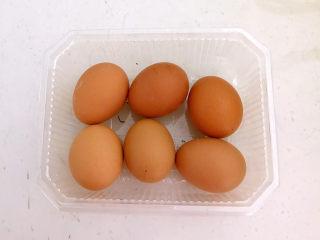 鸡蛋韭菜盒子,把土鸡蛋清洗干净