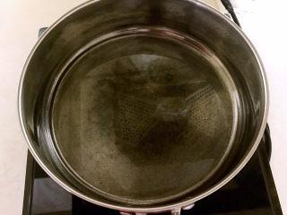 鸡蛋韭菜盒子,炒锅烧热后加入大豆色拉油