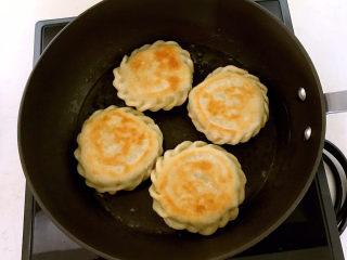 鸡蛋韭菜盒子,煎制两面金黄,加入生粉液