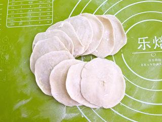 鸡蛋韭菜盒子,用擀面杖擀成饺子皮