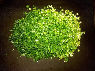 鸡蛋韭菜盒子,把韭菜切成小丁