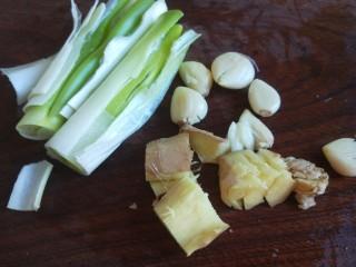 黄豆炖猪脚,葱拍扁,姜蒜拍扁。