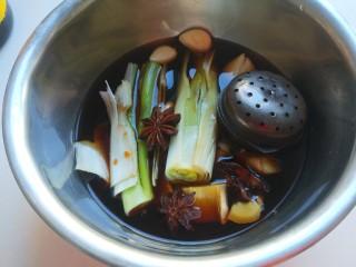 黄豆炖猪脚,调料全部倒入盆中。