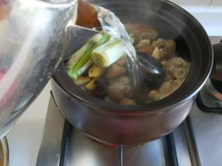 黄豆炖猪脚,加入一壶开水。