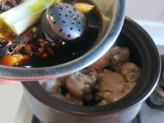 黄豆炖猪脚,在把盆中调料倒入锅中。