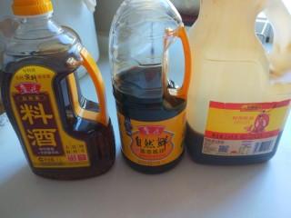 黄豆炖猪脚,料酒,酱油,耗油准备好。