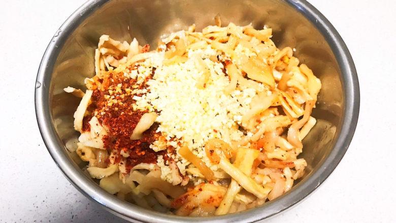 酸辣萝卜条,把辣椒粉和蒜末的香味激发出来