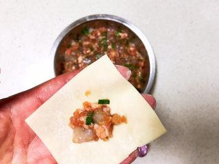 三鲜馄饨,取一片馄饨皮,加入1小勺馅料