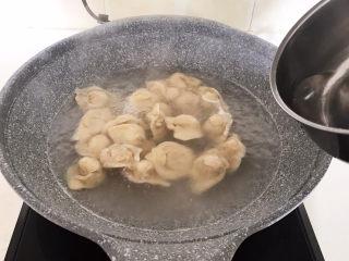 三鲜馄饨,加入200ml冷水