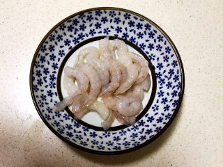 三鲜馄饨,鲜虾仁清洗干净,挑出虾线