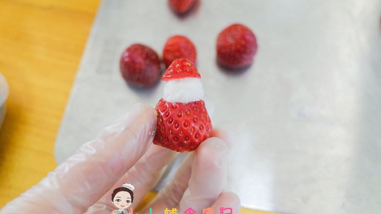 8个月以上圣诞草莓雪人,盖上雪人的帽子,帽子上面再挤一个小圆球,然后用<a style='color:red;display:inline-block;' href='/shicai/ 666'>芝麻</a>做眼睛,雪人造型就做好了 是不是很可爱呢