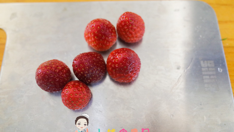 8个月以上圣诞草莓雪人,把草莓蒂切掉,这样就是平的可以立住,把草莓顶盖切掉做雪人的帽子