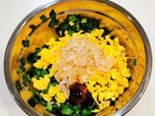鸡蛋韭菜盒子,将鸡蛋碎放入韭菜碗里,加入盐、虾皮、蚝油、鸡汁、胡椒粉等