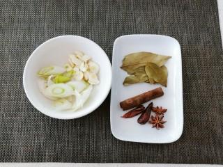五香酱牛肉,葱白切片 葱尾切段 蒜切片 准备好干辣椒 香叶 桂皮 八角