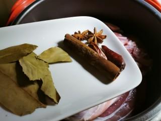 五香酱牛肉,放入牛肉  放入八角 桂皮 香叶