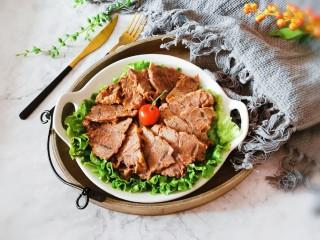 五香酱牛肉,装盘 生菜铺底  将五香牛肉整齐码放到生菜上面 即食
