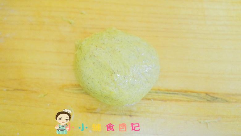 不放一滴水的南瓜小面包,将面团揉圆后擀开成长条状,然后卷起来