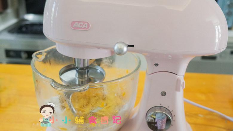 不放一滴水的南瓜小面包,启动机器低速搅拌成团,再开中高速搅拌