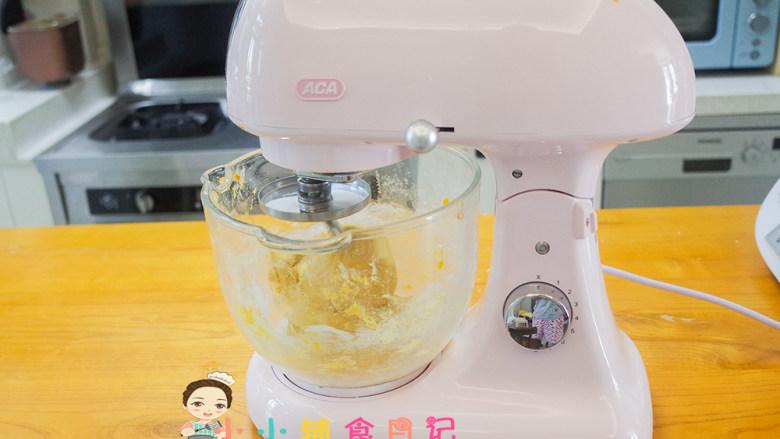 不放一滴水的南瓜小面包,继续启动机器揉面,一直揉