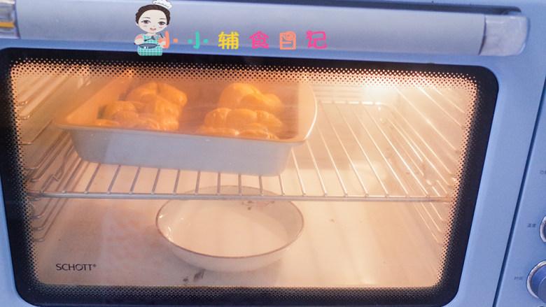 不放一滴水的南瓜小面包,烤箱调到发酵档位,或者放一盆水盖上烤箱盖子发酵至两倍大