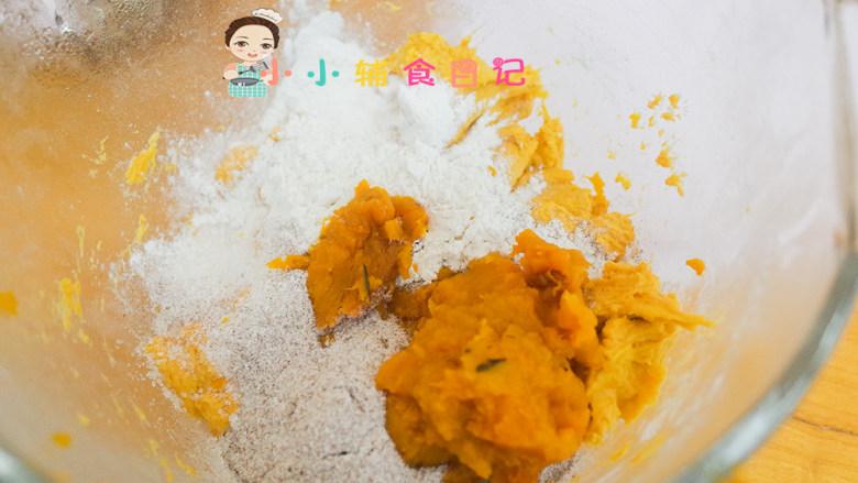 不放一滴水的南瓜小面包,加入高筋面粉、黑麦粉、南瓜泥、酵母