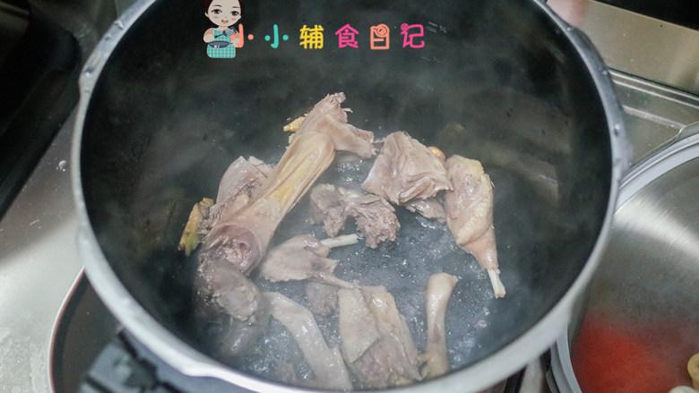 36个月以上玉米蔬菜鸭汤,加入鸭块翻炒