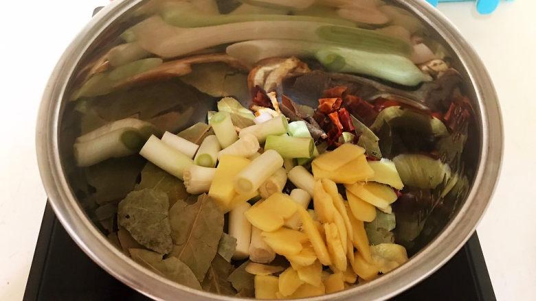 五香酱牛肉,加入葱姜,炒出香味