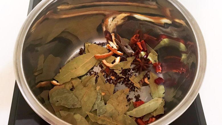 五香酱牛肉,炒锅加入1小勺大豆色拉油,油烧热后加入所有干调料,炒出香味