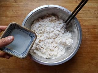 鸡蛋韭菜盒子,用开水烫面,不要全烫,留出一部分加凉水,用筷子搅拌成雪花状。(这样和出的面避免了全烫面的粘,也避免了全凉水和出的面的硬,这样口感正好)