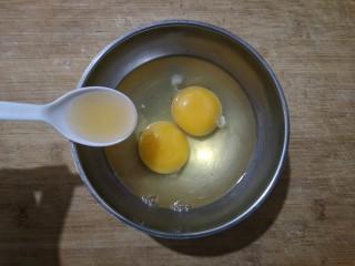 鸡蛋韭菜盒子,鸡蛋加少许料酒打散。