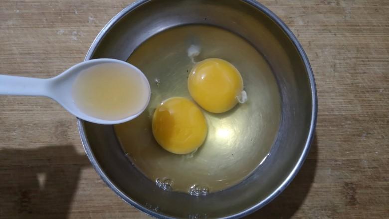 鸡蛋韭菜盒子,<a style='color:red;display:inline-block;' href='/shicai/ 9'>鸡蛋</a>加少许料酒打散。