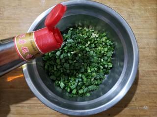 鸡蛋韭菜盒子,韭菜摘好洗净控干水分,切成0.5厘米左右的小段。