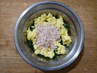 鸡蛋韭菜盒子,然后加入炒好的鸡蛋和虾皮(虾皮也用油拌下,目的也是避免接触韭菜出汁水)。