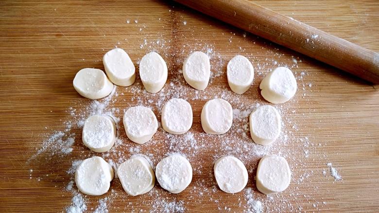 鸡蛋韭菜盒子,再切分成大小均匀的面剂子。