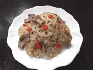 莲藕炒肉片,装盘,放上小红尖椒片点缀