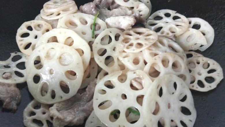 莲藕炒肉片,最后加入肉片一同翻炒入味即可出锅