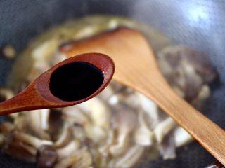 蘑菇海虾汤,放入生抽调味调色。