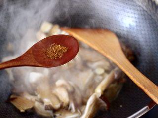 蘑菇海虾汤,大火快速翻炒至蘑菇变软,加入花椒粉调味。