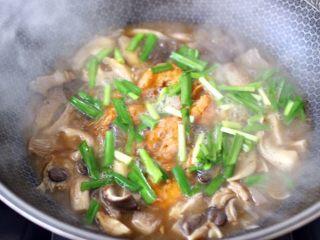 蘑菇海虾汤,再撒上韭菜段。